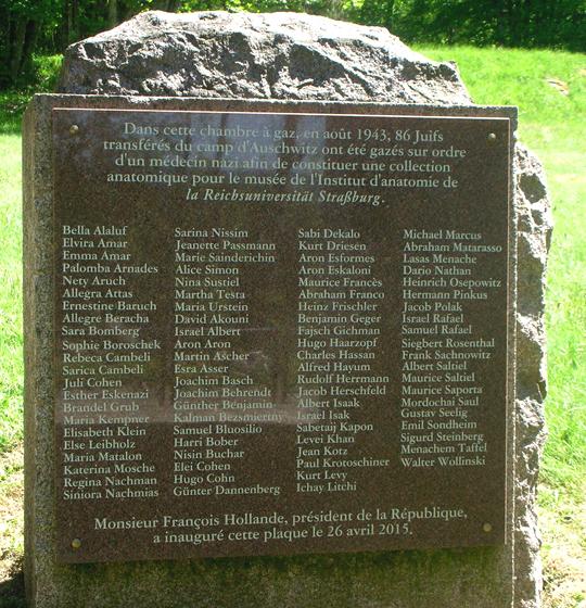 Gedenkstein für die 86 ermordeten Juden neben der Gaskammer von Natzweiler-Struthoff. Hans-Joachim Lang hatte die Lebensläufe rekonstruiert und das Buch Die Namen der Nummern geschrieben. Der STein wurde am 11. Dezember 2005 enthüllt.