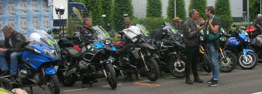 Noch plauderten die Motorradfahrer, die Harten der Härtesten