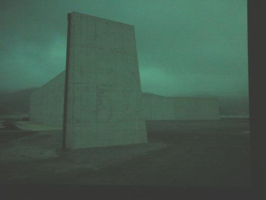 Tadashi Ono (Japan, 1960) fotografierte den neuen Damm gegen einen etwaien Tsunami in Japan, der 7 Milliarden gekostet hat