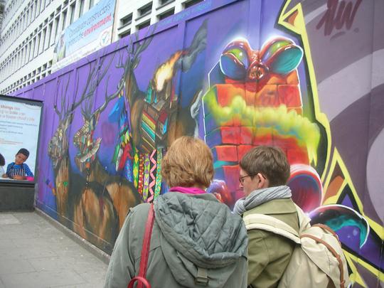 Schöne Graffitis (davor Tina und Silvia)