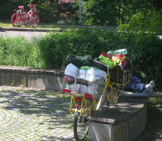 Da steht ein buntes Rad in der Ferne, und davor ... halt, das ist ein echtes Rad, scheint ein Obdachloser zu sein oder ein Radreisender, jedenfalls ein Bild des Friedens, und plötzlich wird das Leben zu Kunst - und ist immer eine Kunst