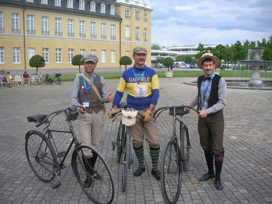 Drei italienische Teilnehmer. Der Mailänder in der Mitte könnte Peppone sein