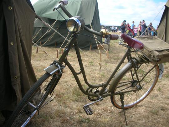 Das Fahrrad näher. Es hat auf dem Gepäckträger eine Tasche, die man rasch zum Rucksack umfunktionieren kann