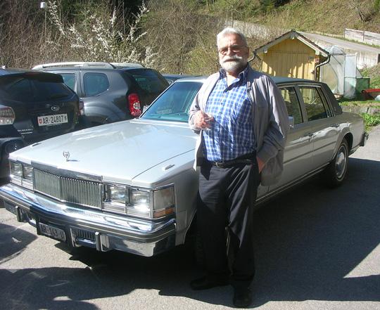 Edi stolz neben seinem 1977-er Straßenkreuzer
