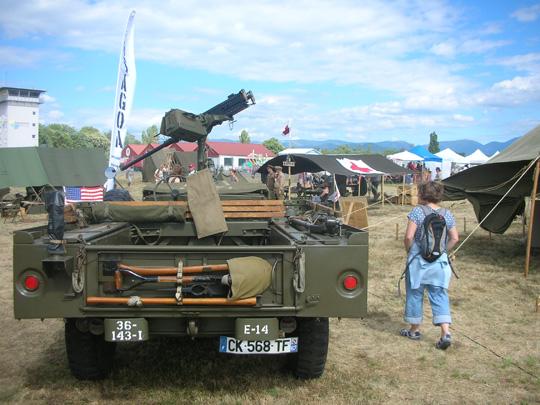 Jeep mit Maschinengewehr. Meine Schwester, daneben, fand dieses Militärding einfach blöd