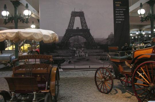 1889: Das sieht man selten. Der Eiffelturm noch im Bau.