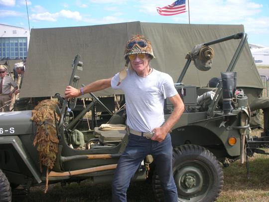 US-Soldat vor Jeep. Gefährlicher Mann!