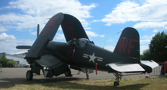 EinFaltflügler, wohl für denEinsatz von Flugzeugträgern gedacht. Ein berühmtes Exemplar war die Grumman F4F Wildcat, aber die hier sieht anders aus. Hässlich eigentlich
