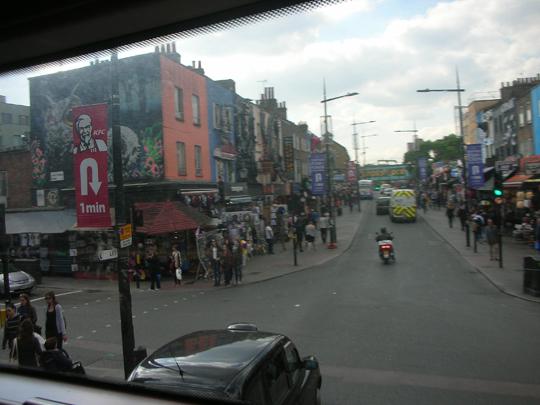 Straßenszene in Camden, wo Amy Winehouse lebte. Der Markt ist immer voll