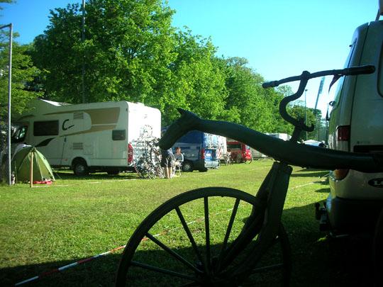 Laufrad vor den Wohnmobilen auf dem Campingplatz am Schloss