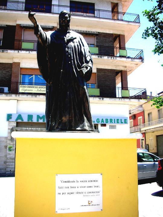 Dante auf gelbem Podest, 2018, bei Pesaro