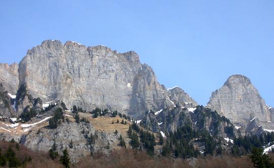 Churfirsten: vermutlich die Brisi (2279 m), rechs daneben der Zustoll (2235)
