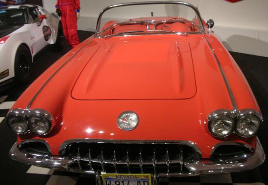 Der berühmte Chevrolet Corvette mit rotem Innenleder