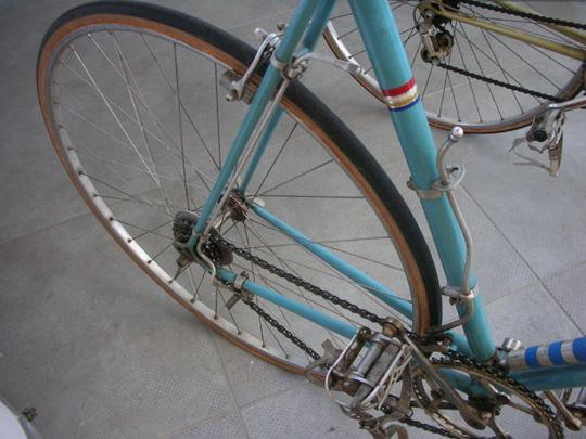 Zwei silberne Rohre, die nach unten führten, dienten zum Umlegen der Kette auf ein höheres oder niedrigeres Kettenblatt; Schalten war vor 1950 extrem mühevoll