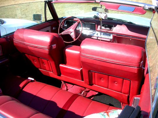 Die roten Ledersitze eines Cadillac Fleetwood (1968). Ein Traum!