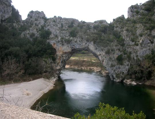 Der Pont d'Arc, die natürliche Steinbrücke bei Vallon-Pont-d'Arc