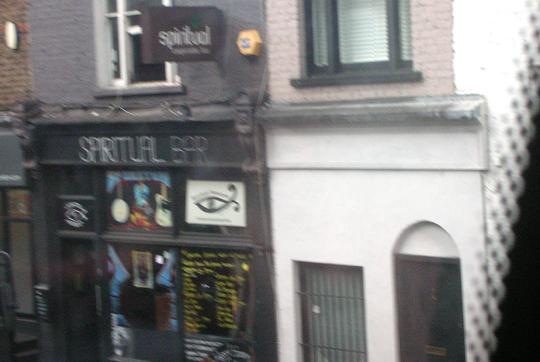 Die Spiritual Bar in Camden (unscharf, da aus dem Bus fotografiert)