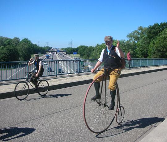 Gestern und heute: Francois Cauderay auf einer Autobahnbrücke