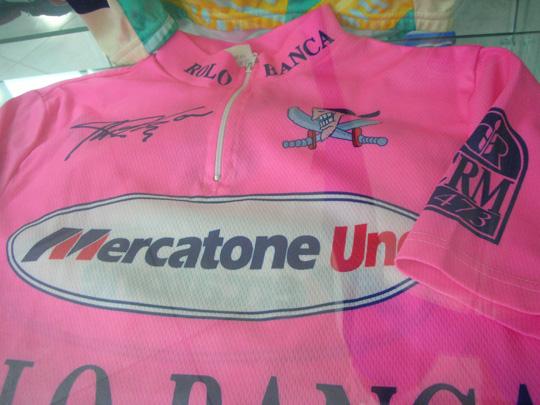 Schöner Schlusspunkt: das Mercatone-uno-Siegertrikot von Marco Pantani (1971-2004). Er war der Größte!