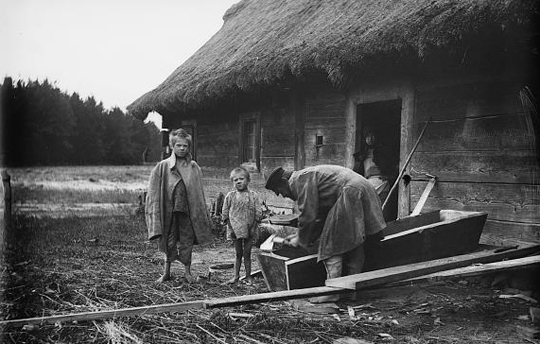 Dorfszene in Zaprudy bei Kobryn, Ostpolen. 1919, American Red Cross. (courtesy: Library of Congress Prints and Photograph Division, Wash. D.C.)