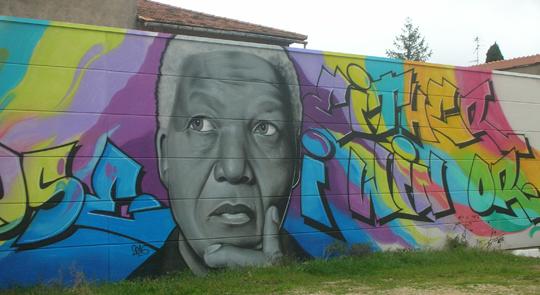 """Bild an einer Mauer des Parkplatzes. Nelson Mandela sagt: """"Ich kann nicht verlieren; entweder ich gewinne, oder ich mache eine Erfahrung."""""""