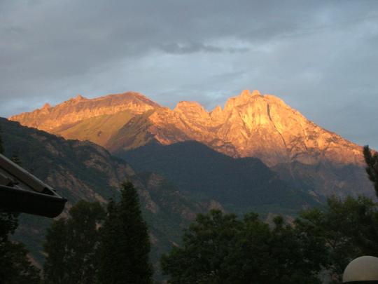 Abendstimmung mit dem letzten Licht auf den Bergen