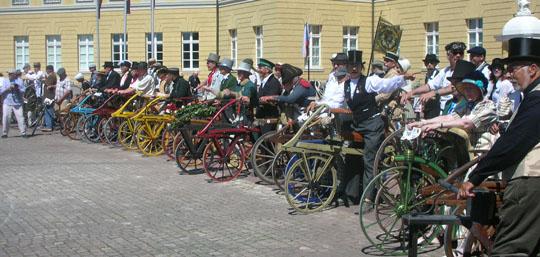 Laufräder-Parade vor dem Schloss