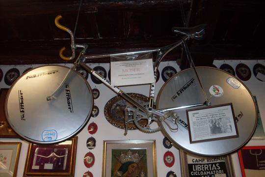 Und Francesco Moser schenkte der Madonna ein Zeitfahr-Rad