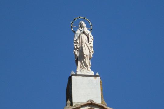 Die Madonna des Heiligtums Divino Amore ('Göttliche Liebe), vor triumphalem blauem Himmel