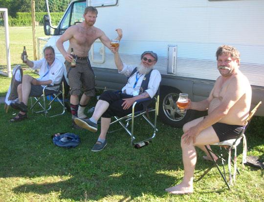 Bier trinken mit (von links) Jan Petter, Reidar und Jan aus Norwegen sowie Henry aus Belgien