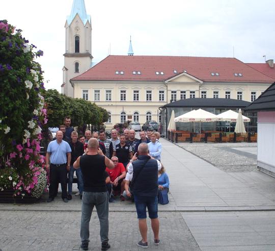 Gruppe nach Museumsbesuch auf dem Rathausplatz, fotografiert werdend