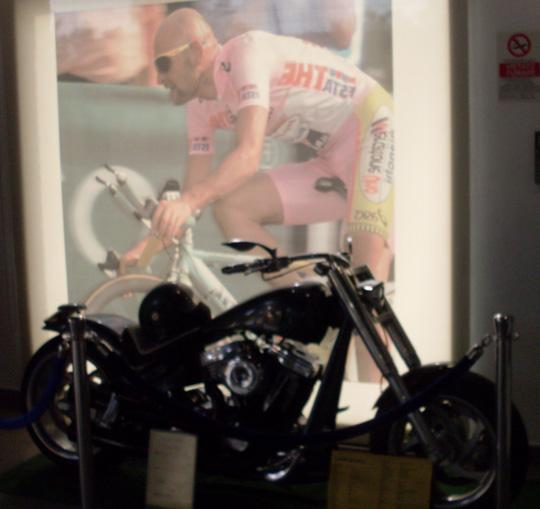 Hinten sein Bild. Vorne sein Motorrad.