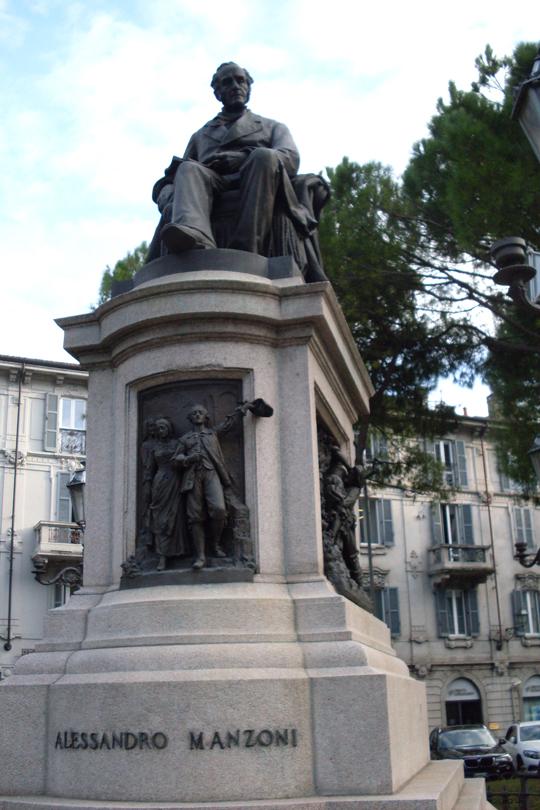 Lecco am Comersee: Der Autor Alessandro Manzoni ist hier abgebildet, dessen Roman I Promessi Sposi Generationen von Italienern und Italienerinnen lesen mussten