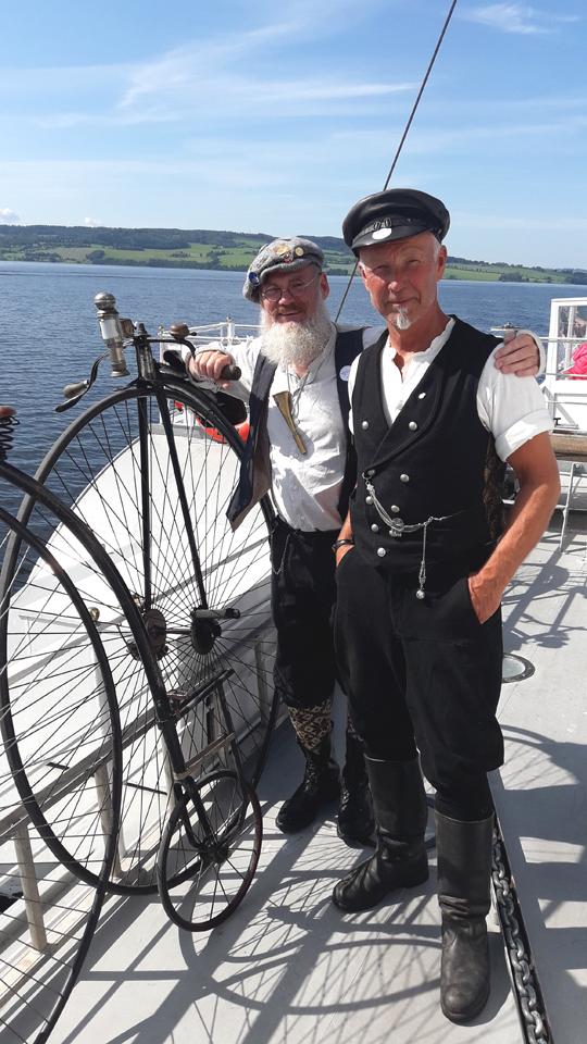 Jan Paulsen mit einem Freund auf dem Fjord