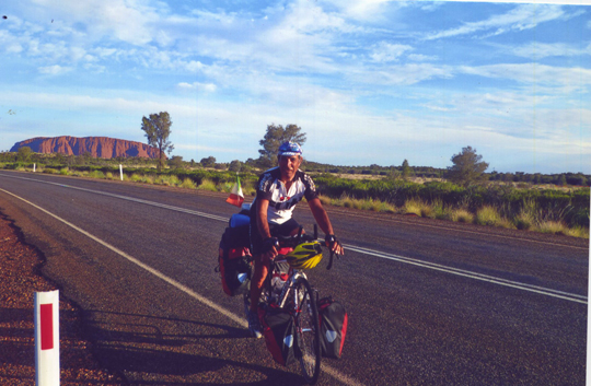 Vor dem Uluru, Australiens heiligem Berg