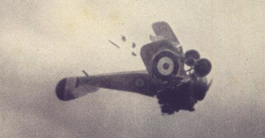 Sieg! Das englische Flugzeug zerbricht in der Luft