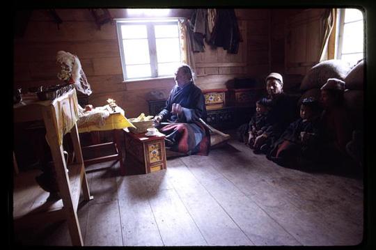 Familie eines kranken Kindes bei dem Schamanen Poh in Sikkim, dem kleinsten indischen Bundesstaat nahe Nepal. Foto von Alice S. Kendall, 1971, courtesy of Library of congress, Wash. D. C.