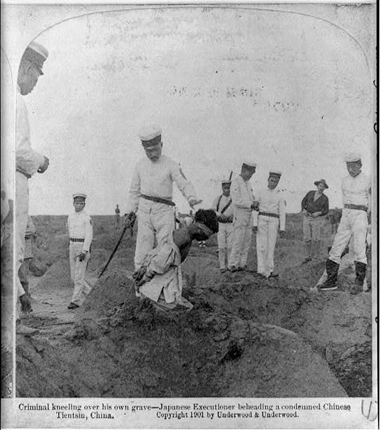 Chinese, vor seinem eigenen Grab kniend, kurz vor der Enthauptung durch japanische Soldaten. 1901, Tsingtau, Fotograf unbekannt. (Dank an: Library of Congress, Washington)