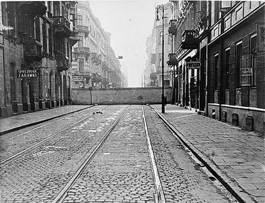 Weit hinten: die Mauer um das Warschauer Ghetto, hinter der 500.000 Juden leben mussten, 1940 (Library of Congress, Wash. D. C.)