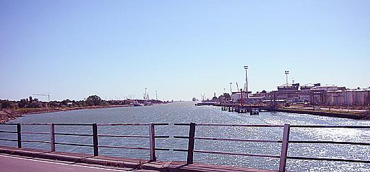 Da war früher die ponte di legno, die Holzbrücke, die bei Ravenna in Montales Gedicht aufs Meer hinausschaut
