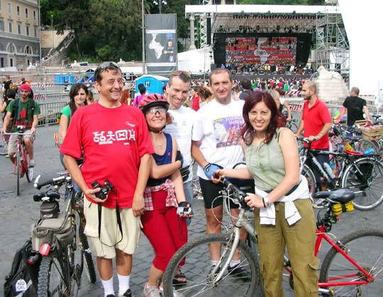 """Das war 2007 auf der Piazza del Popolo. Marco links, daneben Manuela, die er im selben Jahr heiratete; rechts davon Elio der """"segretario errante"""" sowie Gianni und Elena, mittlerweile Eltern von zwei Jungs und lebend in Zürich."""