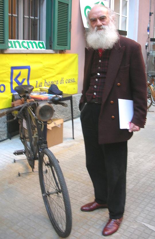 """2009 in Mailand fotografiert: den Bildhauer Pietro Coletta, der Räder """"wie alte Statuen"""" betrachtete"""