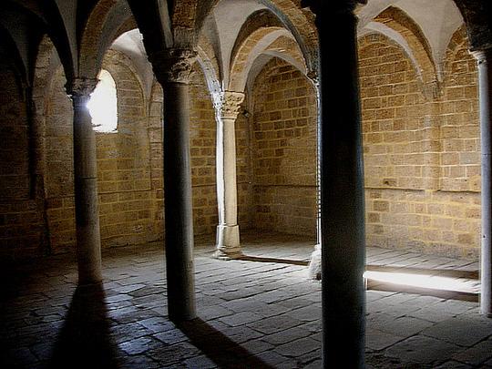 Untergeschoß einer alten Kirche in Tuscania nördlich von Rom