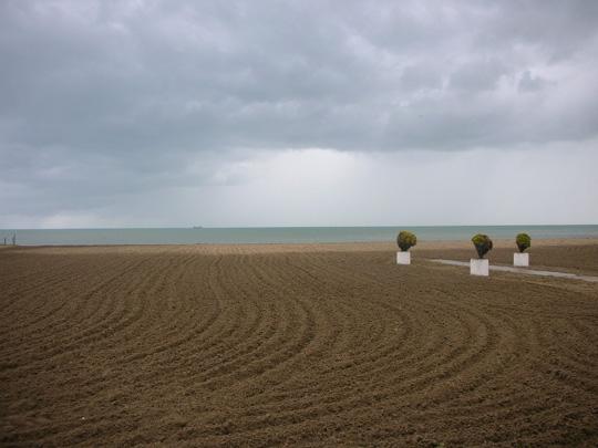 Der Strand, menschenleer im Mai