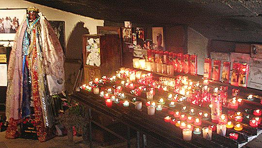 Viele viele Kerzen brennen für Sara, die Patronin der Zigeuner in Les-Saintes-Maries-de-la-Mer. Wie heiß es da unten ist!