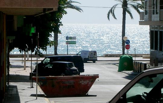 Szene in Santa Pola (Spanien). Wir brauchen Blick aufs Meer