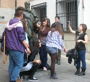 Kinder um eine Statue, die Miguel de Cervantes Saavedra darstellt (2013)