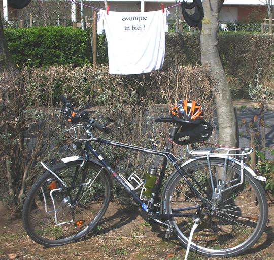 Überall mit dem Fahrrad sein, steht auf dem T-Shirt. Auf einem spanischen Campingplatz, 2012