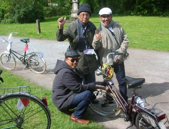 Drei Balinesen und ihr Rad (2012)
