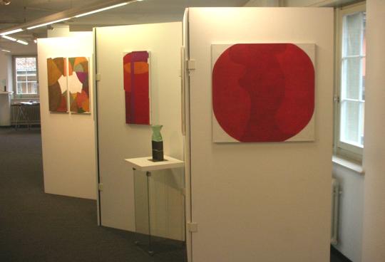Ausstellung mit abstrakter Kunst